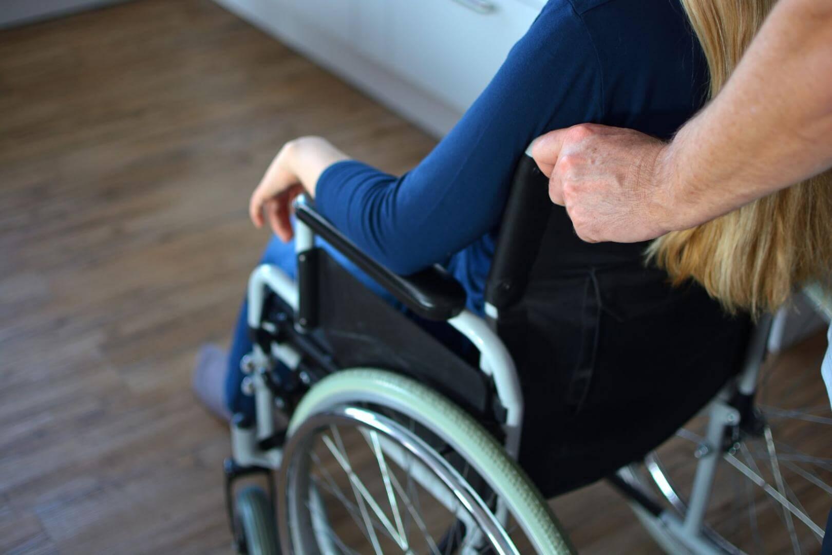 Mensch im Rollstuhl